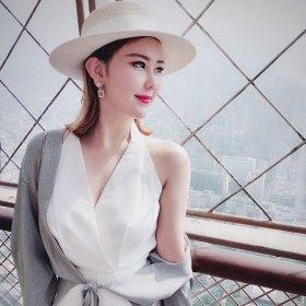 Jane 27岁 期望两年内结婚 北京-朝阳区 160cm 20W~30W 我出生自书香门第,具有双重性格,外柔内刚。从事艺术品行业。 我更看重男人的内在品质,希望你是一位有责任担当、顾家厚重、温文尔雅的男士。  爱情一开始多半是激情、向往,也许有一天生活会过的平淡、琐碎,我相信真正的爱是绵长而温暖的。  若得一人心,不再生离别,同为天下游,共邀窗前月。一约既定,万山无阻。